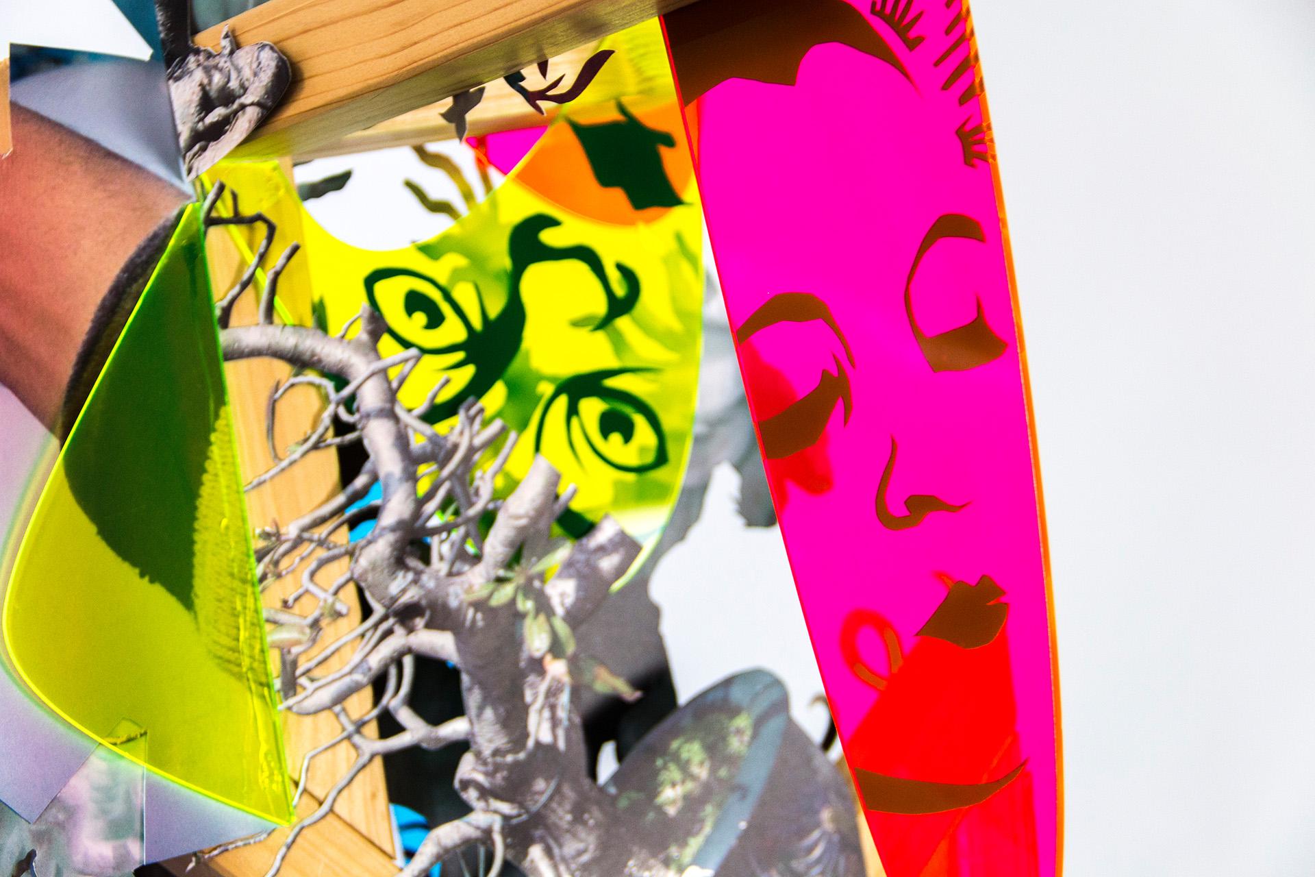 """Detailansicht der Plastik """"Selbstgespräche mit Frau A"""" bestehend aus Holz, Papier, Plexiglas und Klebefolien. Geschaffen von der Künstlerin Wiebke Kirchner im Jahr 2019."""