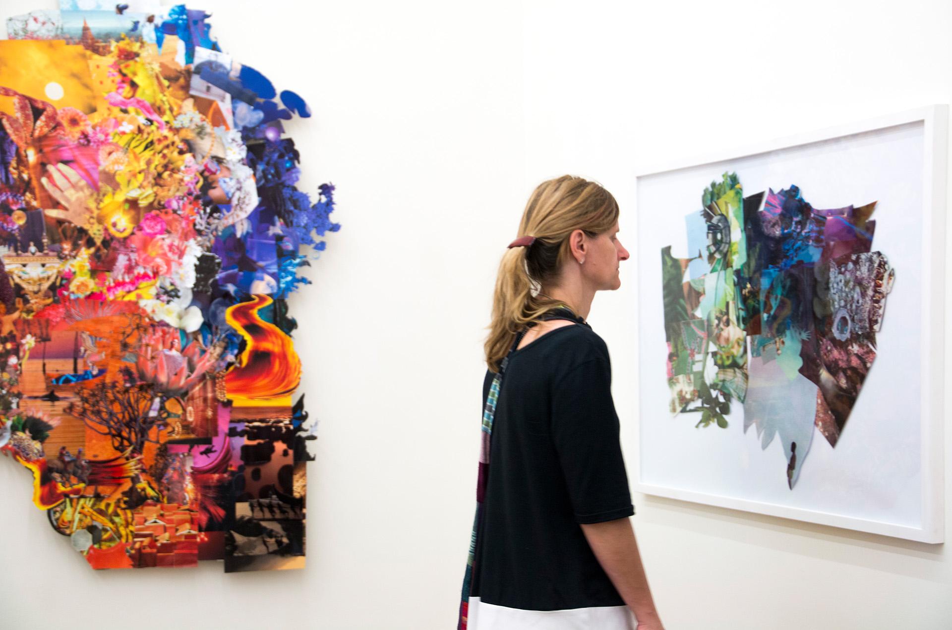 """Komplettansicht der Plastik """"Selbstgespräche mit Frau A"""" bestehend aus Holz, Papier, Plexiglas und Klebefolien. Geschaffen von der Künstlerin Wiebke Kirchner im Jahr 2019."""